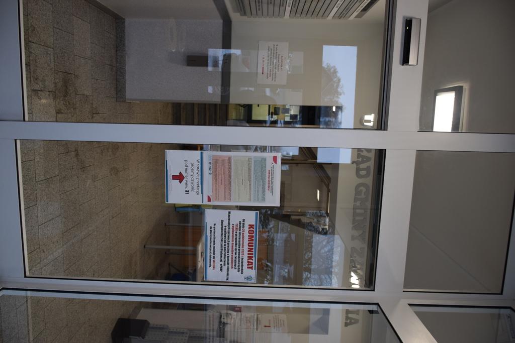 Widok na drzwi przesuwne automatyczne